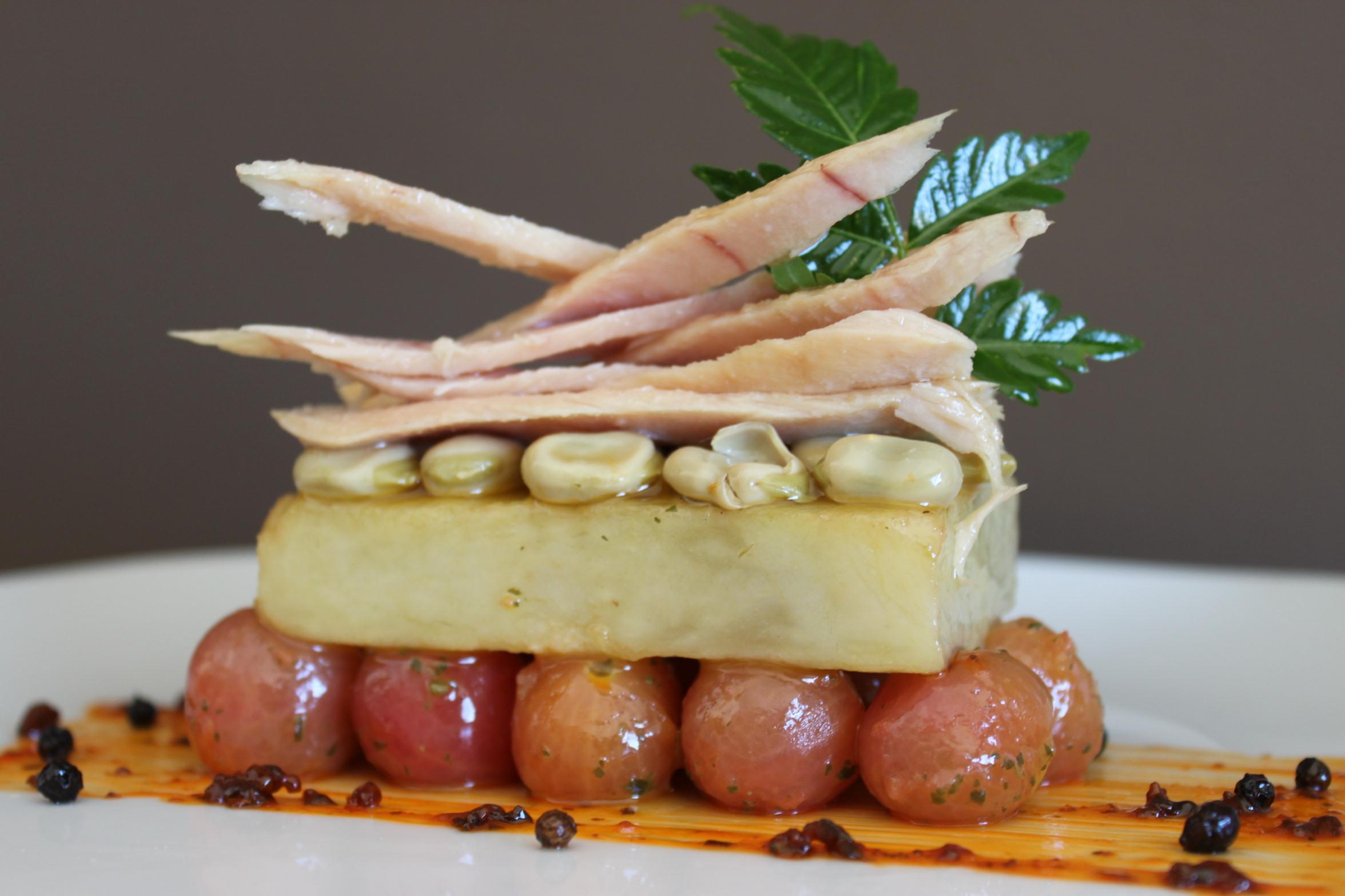 Tronco de patata confitada en aceite de oliva, con habitas tiernas y ventresca de atun
