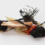 Ventresca de bonito del norte en aceite de oliva Serrats, brioche de aceituna negra y verduras a la llama