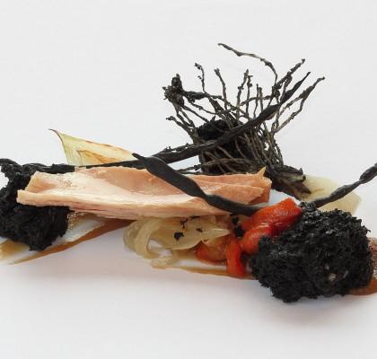 """Ventresca de bonito del norte en aceite de oliva """"Serrats"""", brioche de aceituna negra y verduras a la llama"""