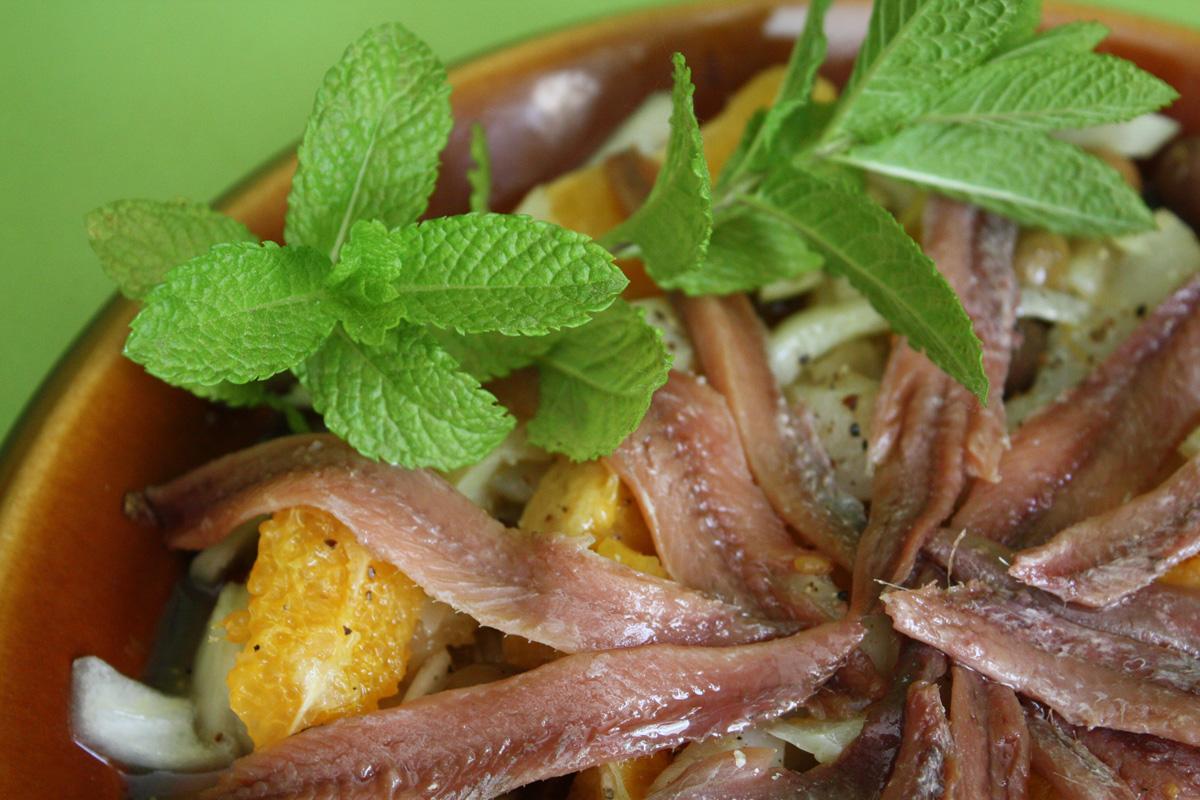 Ensalada de anchoa con bacalao y naranja