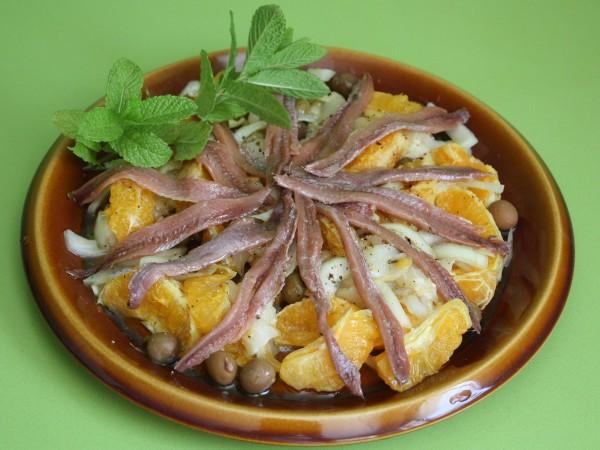 Ensalada de naranja, cebolla, bacalao y anchoa del cantábrico