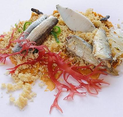 """Sardinillas y boquerones """"Serrats"""" sobre sésamo tostado, algas y consomé de bonito."""