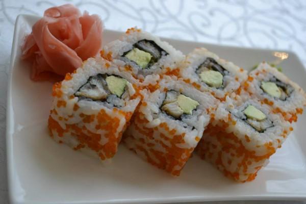Sushi de sardinillas serrats con aguacate y queso