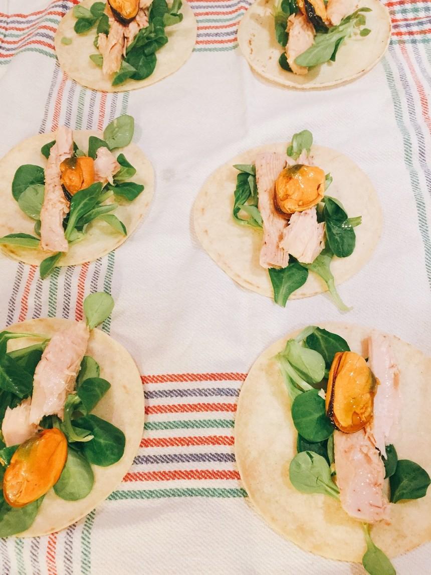 Tacos con canónigos, cogote y mejillones