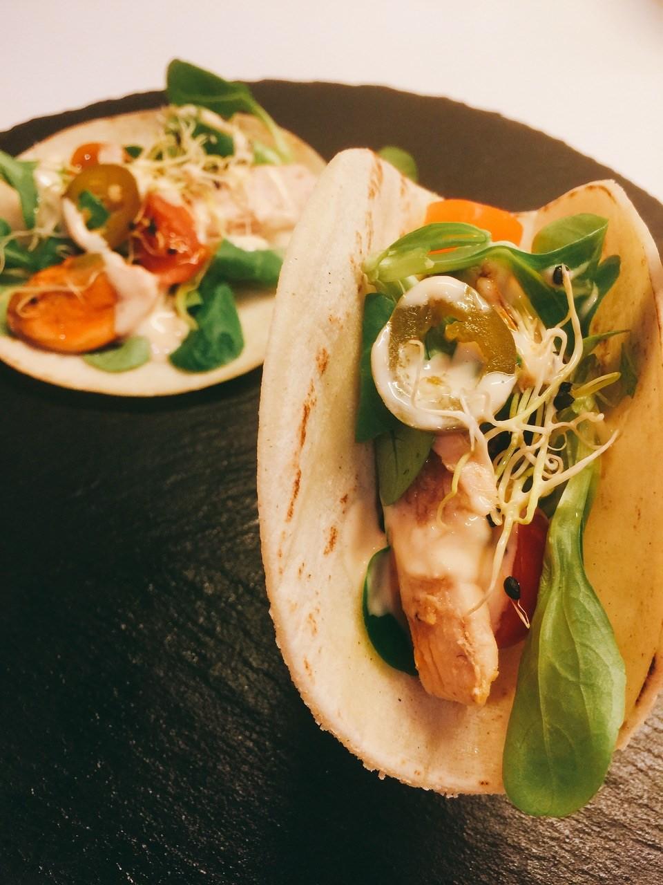 Tacos con cogote de bonito y mejillones