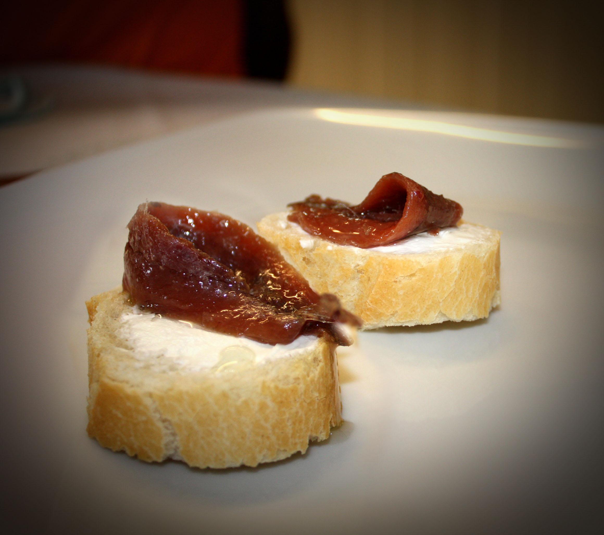 Tapa de queso de untar y anchoas del Cantábrico