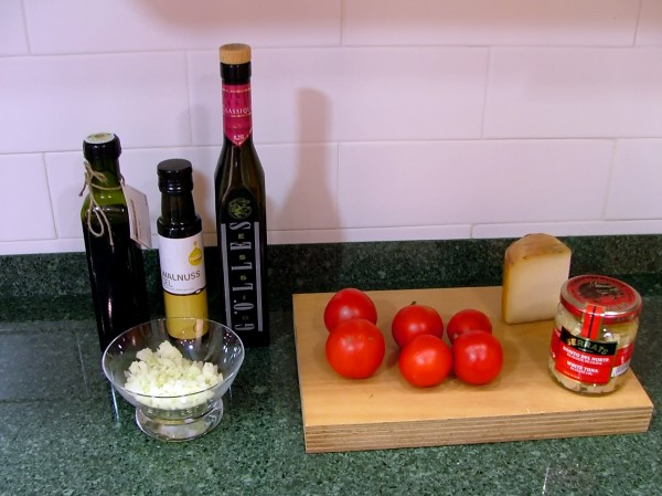 Ingredientes para la receta de Tomatitos rellenos de Bonito del Norte Serrats y queso de idiazabal.