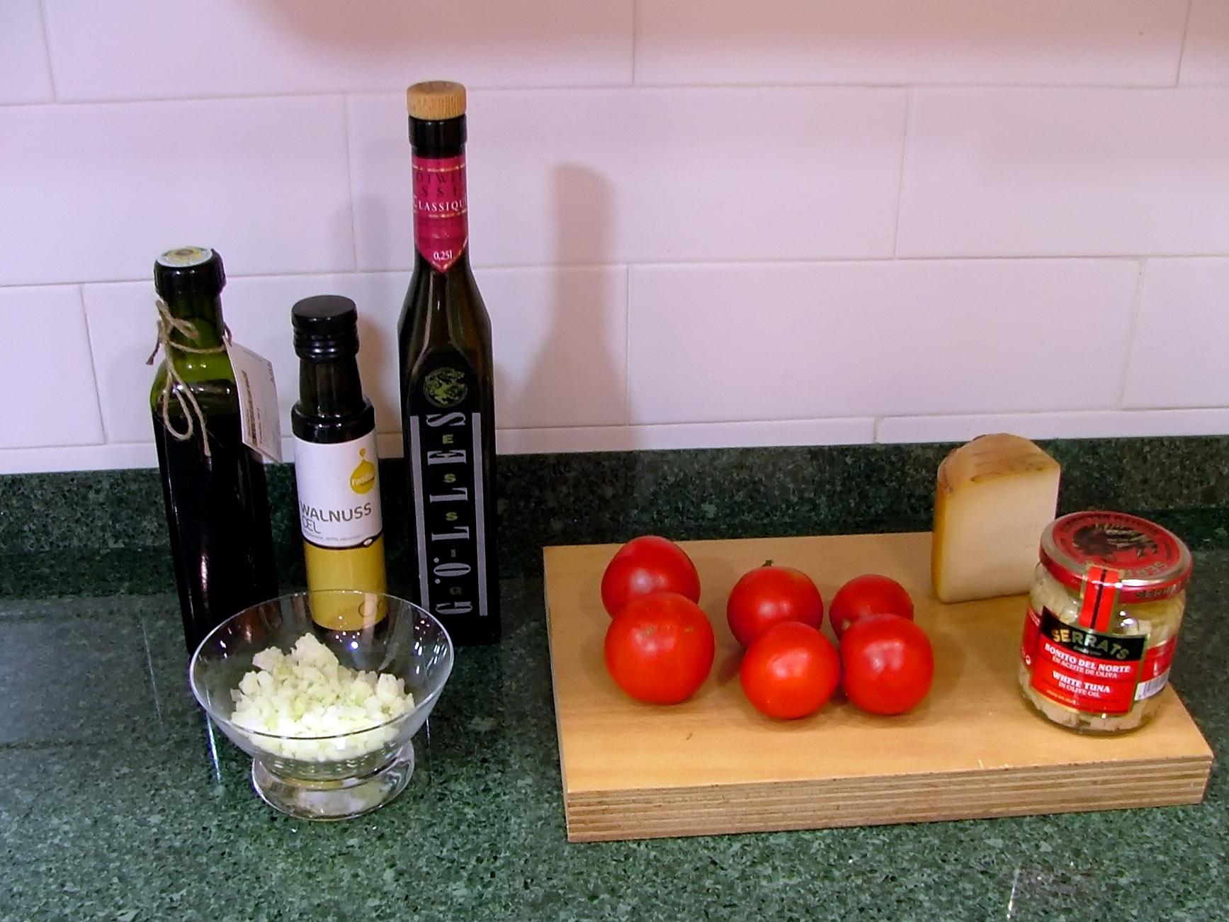 Tomatitos rellenos de bonito, con queso de Idiazabal