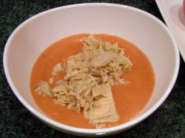 Mezclando el Bonito del Norte con el corazón de los tomates y la cebolla.