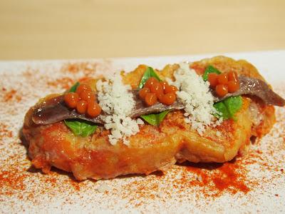 Torrijas de tomate con anchoa, polvo de qureso helado, albahaca y caviar de tomate