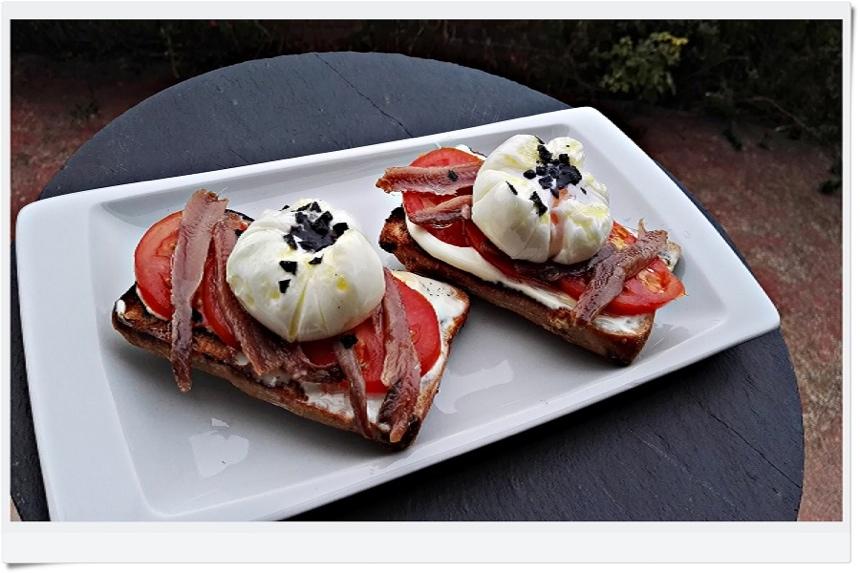 Tosta de pan de nueces con anchoa y huevo poche