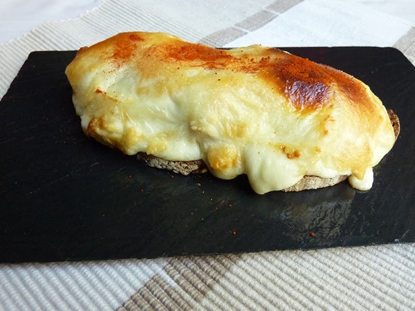Tosta caliente de atún, manzana y queso