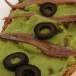 Tosta de guacamole y anchoas