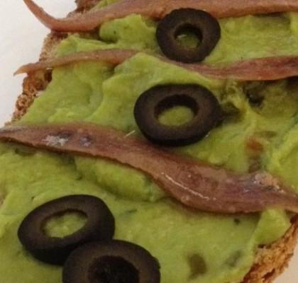 Tosta de guacamole con anchoas y aceitunas negras