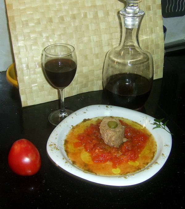 Tronco de atún sobre lecho de tomate corazón de buey