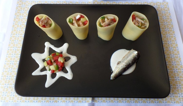 Vasitos de pasta rellenos de picadillo, sardinas y salsa de yogur.