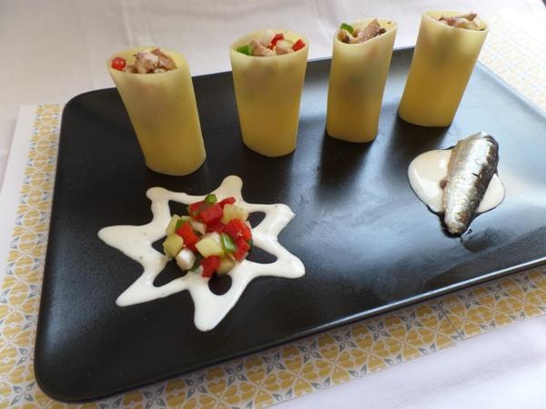 Vasitos de pasta rellenos de picadillo, sardinas y salsa de yogur